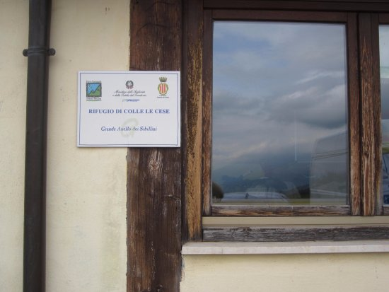 Arquata del Tronto, Italien: targa rifugio e finestra esterna con nuvole