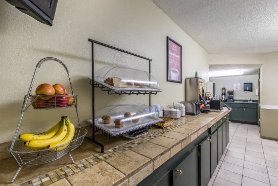 Country Hearth Inn & Suites: Breakfast Area