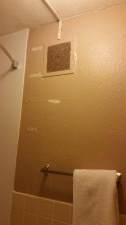 Rodeway Inn: more peeling paint