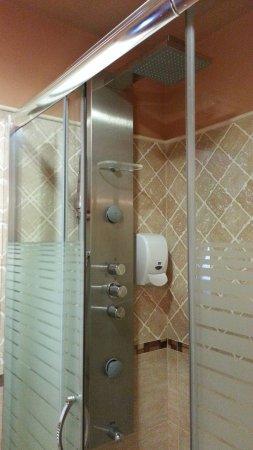 Hotel O Desvio: Ducha con Hidromasaje. Con dispensador de Gel.