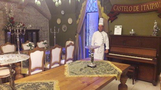Castelo de Itaipava Bistrô: Chef no belo salao medieval do castelo bistrô.