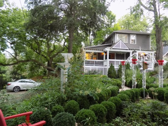 Abbington Green Bed and Breakfast Inn: In the back parking area, view of the Carriage House