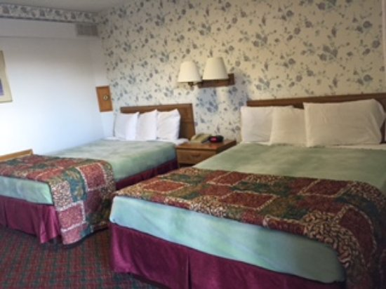 Howe, IN: Room With Two Queen Beds