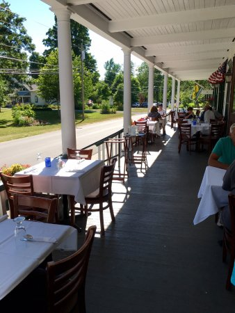 Thousand Island Park, NY: Large porch at Wellesley Hotel