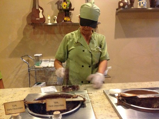 Chocolate Kingdom: Worker making my custom chocolate bar