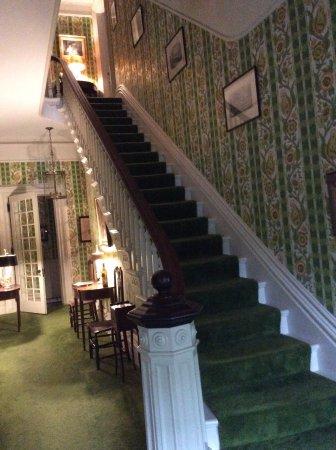 Suffield, CT: Le majestueux escalier donne accès aux chambres du haut. Cette photo donne une idée du style.