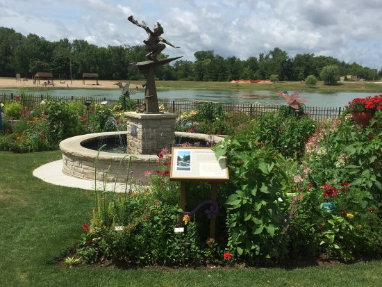 Janesville, WI: A statue and the pond