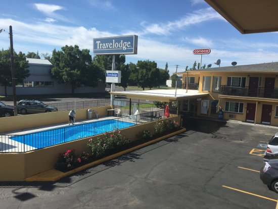 Travelodge by Wyndham Walla Walla: Outdoor pool and main entrance area.