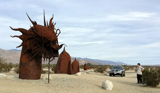 Borrego Springs, Califórnia: The road passes over the dragon's tail...