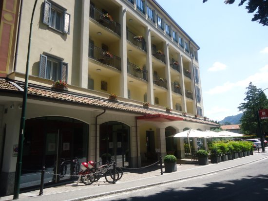 Hotel Belvedere Bellagio: street view.rooms overlooking gardens across road