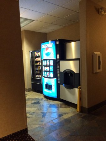 Forest Grove, OR: Vending machines and ice machine on first floor across from fitness room.
