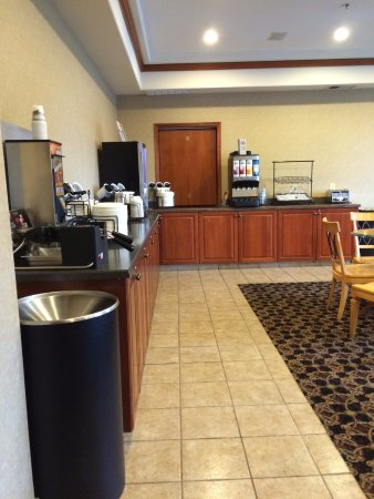 Forest Grove, OR: Breakfast bar was very plentiful with lots of choices.