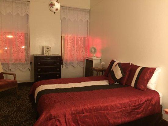 Wallace, ID: hotel room overlooking Cedar street