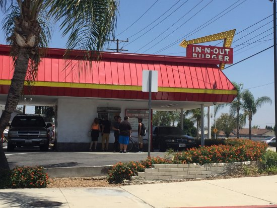 Temple City, CA: Classic IN-N-OUT with double drive through