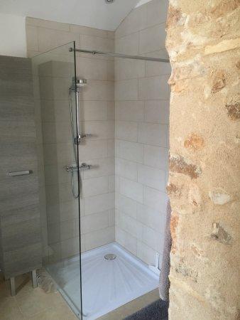 Sorges, Fransa: master bedroom ensuite shower