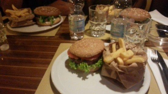 Lord Nelson Pub: Hamburger classico e hamburger del mese Luglio