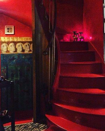 L'intérieur du restaurant (vue sur l'escalier)