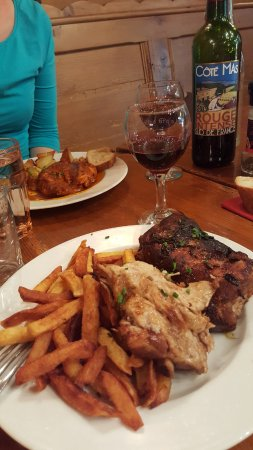 Café-restaurant la Forge: Chicken with garlic potatoes, caramelized ribs with fries.