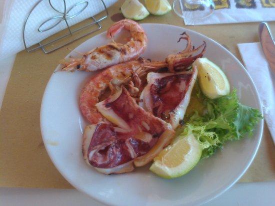 Roccalumera, Italia: arrosto di calamaro con gamberoni