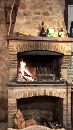 Pieve Torina, Italia: Camino con grigliata in cottura