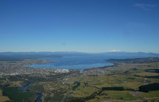 تاوبو, نيوزيلندا: Lake Taupo and Tongariro in the back