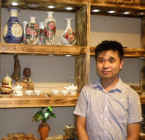 ‪‪Jingdezhen‬, الصين: This young man worked at a shop that had some very fine porcelain pieces that were well priced.‬