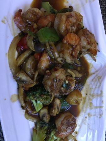 Sehr feine Sushi und Scampi mit frischem Gemüse