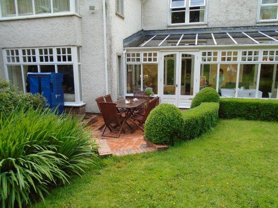 Fuchsia Guest House: wunderschöner Garten mit Wintergarten (wird auch als Frühstücksraum genützt)