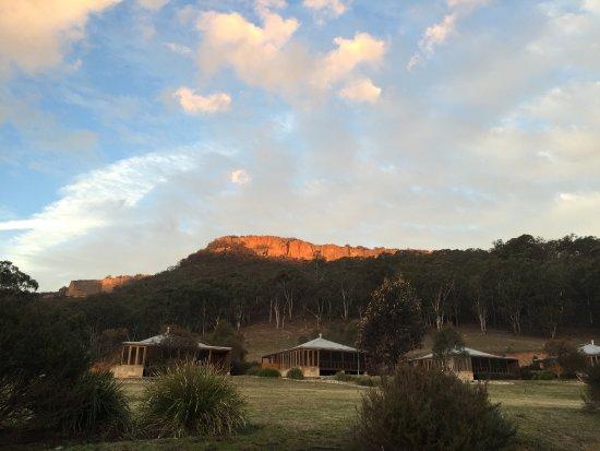 Wolgan Valley, Australia: Sunset on the sandstone escarpment is lovely.