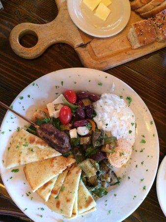 Culpeper, VA: Delicious! Vibrant flavors and beautiful presentation in this Mediterranean platter.