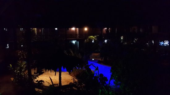 Gizo Hotel: Poolside rooms overlooking the pool at nigh