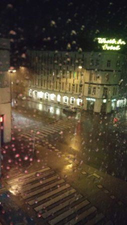 Motel One Wien Westbahnhof: Pretty depressing view from the small window
