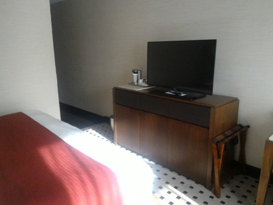 Radisson Hotel Menomonee Falls: Coffee maker & TV