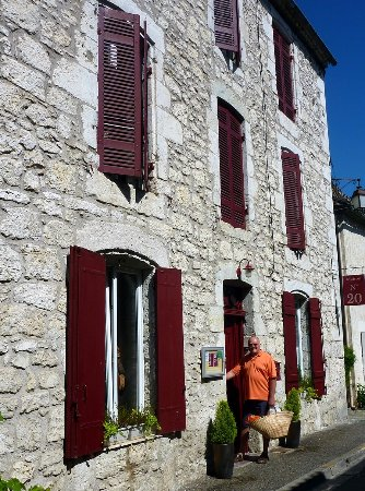Eymet, Francia: Just steps away from the weekly THursday market, Leeaan even provides a shopping basket to take
