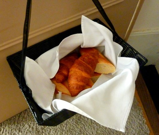 Eymet, ฝรั่งเศส: Each morning there was a basket containing croissants and a baguette hand delivered to the apart