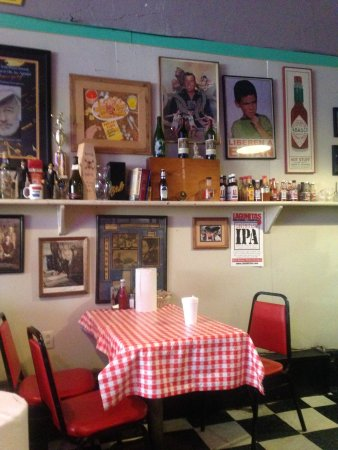 Doe's Eat Place: Checkered table cloths - classic