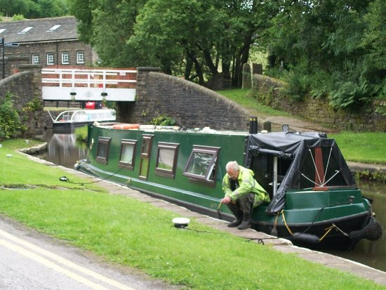 Marsden, UK: barge arrived as this is a viable cannal
