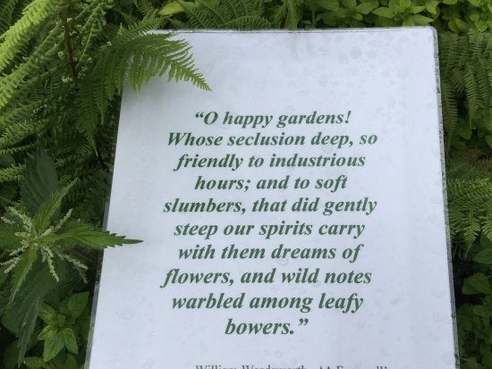 Rydal, UK: ライダルマウントの庭に置かれているワーズワスの詩石
