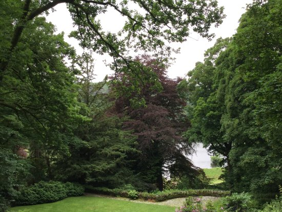 Rydal, UK: ライダルマウントの庭の向こうはライダル湖