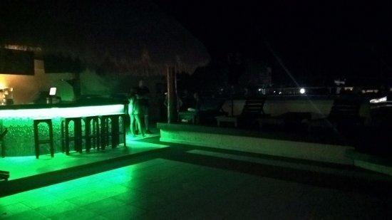 Hostel 3B Chic & Cheap: Bar junto a la pileta, de noche