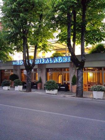 Hotel Miralaghi: Hotel visto dall'altro lato della strada dove ci sono i parcheggi.