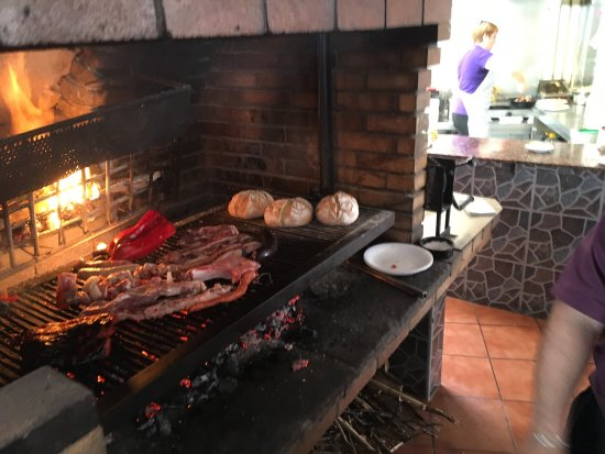 Firgas, Spanje: Fantastic selection of meats and fish, expertly grilled on the open fire. Lovely home-baked brea