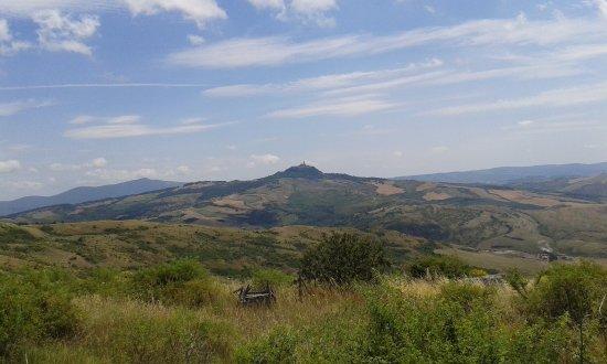 Radicofani, Ιταλία: La Torre del Cassero della fortezza si staglia nel paesaggio dei colli senesi