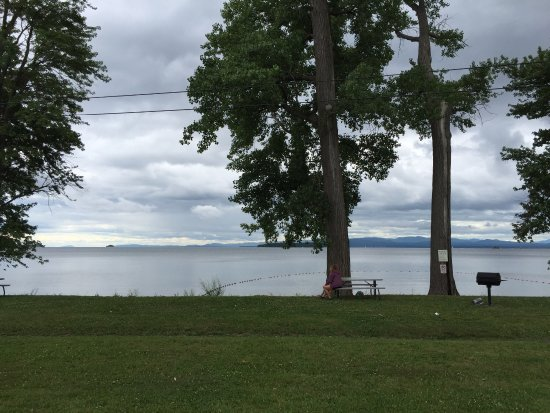 South Hero, VT: Off street parking, beach volleyball, picnic tables.
