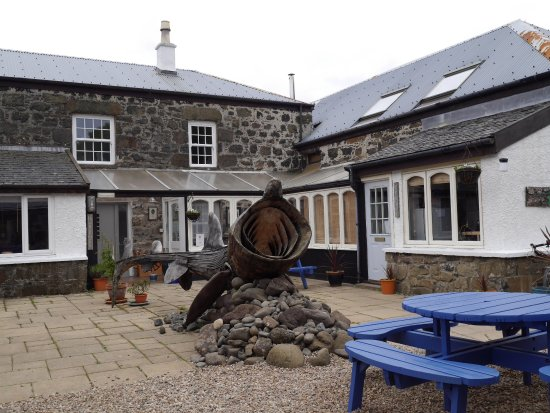 Dervaig, UK: The courtyard at the cafe