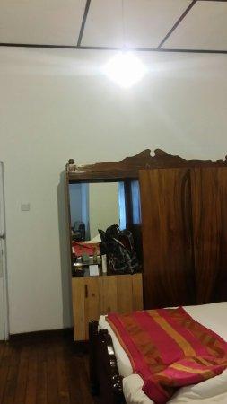 Hotelkamer en badkamer stinken en zijn erg vochtig. Het is echt aan ...
