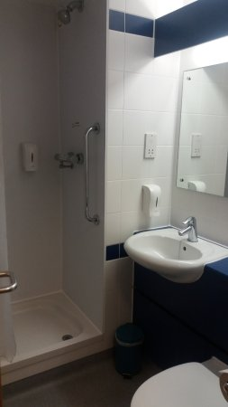 Travelodge Staines: Clean shower and sink