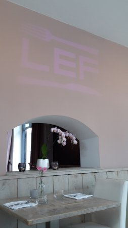 Elst, هولندا: beamer projecting restaurant's name on the wall