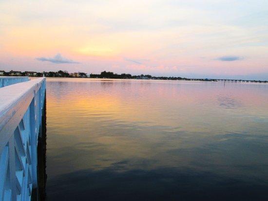 تريدويندس بيتش ريزورت: The glow of sunset on Palma Sola Bay