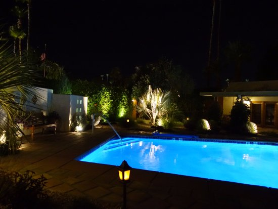 The Hacienda at Warm Sands: Dramatic lighting around the pool at night